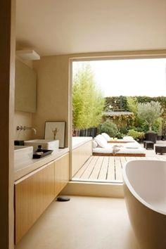 Baignoire avec vue sur la terrasse - 20 salles de bains qui ont leur caractère - CôtéMaison.fr