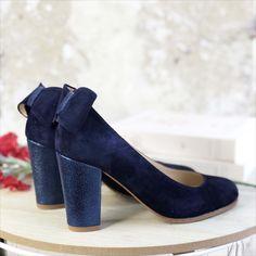 Personnaliser ses chaussures pour des créations uniques et sur-mesure ? C'est possible avec Dessine-moi un soulier! Cliquez sur l'image pour créer vos chaussures comme il vous plaît 🥰 Pour un mariage, tous les jours ou un événement, n'hésitez plus ! Bleu Marine, Comme, Peeps, Peep Toe, Platform, Shoes, Fashion, Custom Shoes, Blue Shoes
