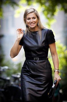 FOTO'S: Prinses Maxima twee keer in dezelfde leren jurk gespot So what!? Die zou ik ook nog een keer aantrekken:-D Ze kan hem hebben!!