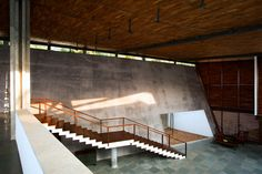 Cliff House – Khosla Associates Perched on a cliff in Kerala with a 200ft drop to an expansive grove of coconut trees, beach and the Arabian sea, the house derives it's form from an emotive response to the site. A skewed sheer concrete wall 45m long supports a single triangulated canopy roof that lunges out[...]