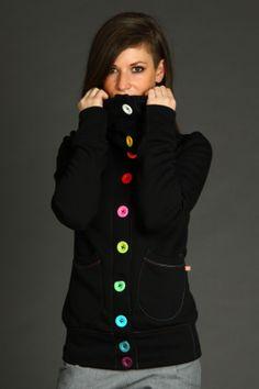 Rachel Black MParádní černá mikina s vysokým límcem a barevnou škálou knoflíků. Skvělý model, který sluší a hodí se ke všemu. Střih: Pohodlný střih rukávů v ramenou, projmutý pas a délka do poloviny zadečku. Detaily: Barevná škála knoflíků, našité kapsičky, barevné štepování na ramenou a levém zadním boku. Materiál: Výplněk počesaný, 80%bavlna, ...