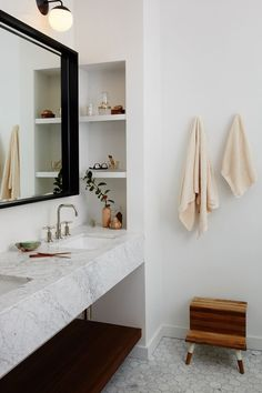 If you have a small bathroom in your home, don't be confuse to change to make it look larger. Not only small bathroom, but also the largest bathrooms have their problems and design flaws. Interior, Cheap Home Decor, Home Decor, House Interior, Interior Design, Bathrooms Remodel, Bathroom Design, Bathroom Decor, Beautiful Bathrooms