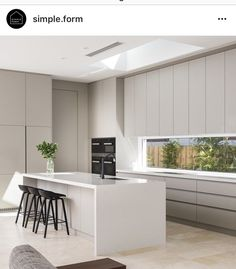 Modern Home Decor Kitchen Grey Kitchen Interior, Modern Kitchen Design, Home Decor Kitchen, New Kitchen, Awesome Kitchen, Kitchen Benchtops, Black Kitchen Cabinets, Kitchens Without Upper Cabinets, Cuisines Design