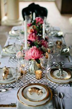 met de gebloemde bordjes met gouden randje van Mieke, met roze assecoiseres zoals fucsia roze bloemen op tafel.