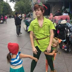 While I was looking for pictures with Goofy, I found this & laughed so hard I thought I would share. Peter Pan Disney World, Peter Pan Disneyland, Disney Land, Disney Magic, Disneyland Characters Funny, Disney Face Characters, Disney Memes, Disney Parks, Disney And Dreamworks