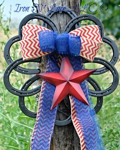 Horseshoe wreath Horseshoe Wreath, Welding Projects, 4th Of July Wreath, Iron, Wreaths, Crafts, Manualidades, Door Wreaths, Irons