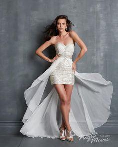 Vestido de fiesta corto confeccionado en sequin con sobrefalda en chiffon de color blanco.