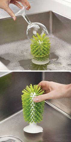 Une brosse à verre avec ventouse à fixer dans l'évier pour faciliter le nettoyage des verres fragiles - brosse Brush Up Joseph Joseph