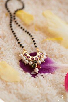 Ashika mangalsutra with Earrings Gold Jewelry Simple, Black Gold Jewelry, Gold Jewellery, Gold Bangles, Anklet Jewelry, Beaded Jewelry, Jewelry Rings, High Jewelry, Glass Jewelry