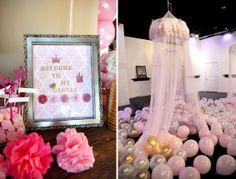 Deja un montón de globos de látex inflados con aire en el suelo de tu fiesta princesa para crear un ambiente mágico! / Spread air-filled latex balloons on the floor of your princess party for a magical look!
