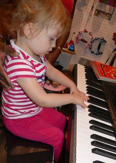 Aglaé au piano http://www.letoutpetitconservatoire.com/ Les enfants suivent des cours d'éveil musical sur de vrais instruments de la trompette à la batterie!