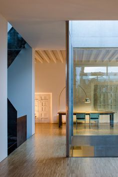 Restoration of a House in the historical center of Sevilla Architecture Courtyard, Interior Architecture, Arch Interior, Home Interior Design, Modern Castle, Restoration House, Casa Patio, Life Space, Townhouse