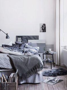 chambre scandinave adulte décorée de textile et tableaux bleu-gris