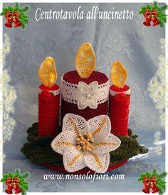 Centrotavola natalizio all'uncinetto con gigli e ceri