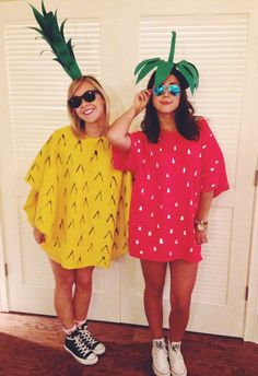 DIY pineapple and strawberry costume. I needs some leggings or short but super c. - DIY pineapple and strawberry costume. I needs some leggings or short but super cute! Food Halloween Costumes, Hallowen Costume, Cute Costumes, Halloween Kostüm, Holidays Halloween, Group Costumes, Halloween Costumes For Bestfriends, Matching Halloween Costumes, Food Costumes
