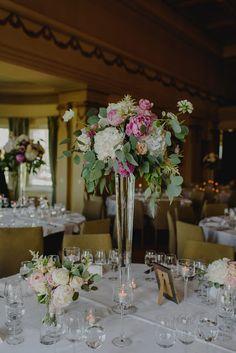 Hääpöydän kukat Katajanokan Kasinon Kenraalisalissa by Hey Look. Via Heidi ja Jussi -hääblogi.