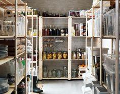 Étagères en bois GORM garnies de pots de confiture, bouteilles de jus et boîtes en plastique