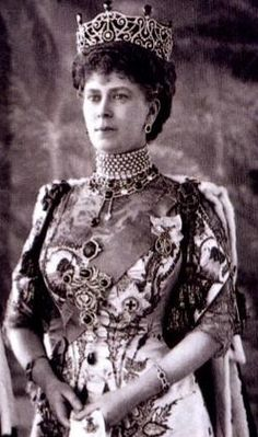 Here is a pic of the Delhi Durbar tiara/diadem gracing Queen Mary at the Delhi Durbar of 1911.  This version is with the emeralds but minus the Cullinans.