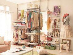 Em vez de closet ou guarda roupas, tudo aberto e arejado, fácil de encontrar e fácil de manter limpo e sempre arrumado!amei.. :)