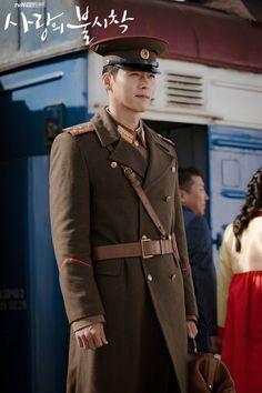 Hyun bin role as North Korean officer 👮♀️, fall in love with a South Korean lady ~ I m looking forward for the love drama soonest! Korean Male Actors, Korean Celebrities, Korean Men, Asian Actors, Korean Lady, Hyun Bin, Jong Hyuk, Korean Drama Movies, Watch Korean Drama