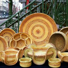 Sweetgrass Social: Modern Ways to Display Woven Decor Black Art, Pine Needle Baskets, Woven Baskets, Basket Tray, Fish Crafts, Low Country, Family Activities, Basket Weaving, Decorating Tips
