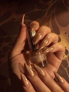 Want some ideas for wedding nail polish designs? This article is a collection of our favorite nail polish designs for your special day. Read for inspiration Purple Nail Polish, Nail Polish Colors, Pink Nails, My Nails, Nails 2017, Claw Nails, Nail Design Glitter, Nail Design Spring, Gold Nail Designs