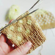 Norwegermuster aus kleinen Punkten Super einfach, auch Anfänger. Die Anleitung für die süßen Fäustlinge gibt's auf #lisibloggt #knittersofinstagram #knittinglove #knitting #knitstagram #imademyclothes #stricken #strickliebe #strickzeit #yarn #wool #wolle #diy
