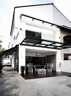 House Tour: Open-plan design and statement furniture in this semi-detached house - Home & Decor Singapore Semi Detached, Detached House, Oak Dining Table, Exterior House Colors, Plan Design, Open Plan, White Walls, House Tours, Singapore