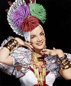 Carmen Miranda faria 108 anos hoje, e sua influência na moda ultrapassa fronteiras: vai do Brasil pro exterior! Vem ver