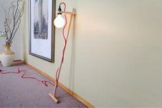 Lampada da terra con corde di tessuto colorato. di GaganDesign