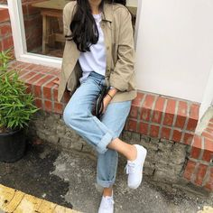 ♡ College outfit 101 : T-shirt paired with boyfriend jeans and outer. Fashion Moda, Look Fashion, Girl Fashion, Fashion Outfits, Fashion Shirts, Fashion Styles, Fashion Clothes, Korean Fashion Trends, Korean Street Fashion