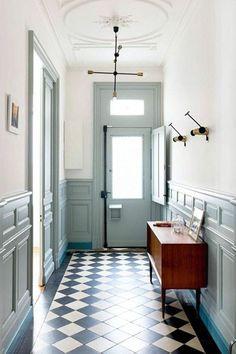 carrelage damier, couloir original en blanc et bleu clair