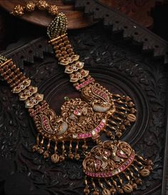 20 Exclusive Bold Bridal Jewels Every women likes to wear Antique Jewellery Designs, Gold Jewellery Design, Antique Jewelry, Designer Jewellery, Gold Temple Jewellery, Gold Jewelry, Diamond Jewelry, Bridal Jewelry Sets, Bridal Jewellery