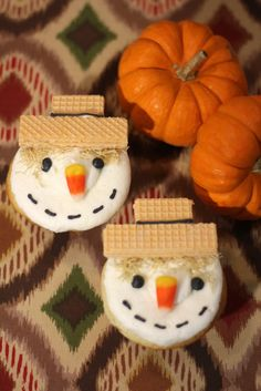 Cupcake fans will love these adorable Scarecrow Cupcakes! They're easy to make, super cute and sure to be a hit at any fall party! Holiday Desserts, Holiday Treats, Holiday Recipes, Fall Recipes, Holiday Cupcakes, Yummy Cupcakes, Thanksgiving Treats, Fall Treats, Halloween Goodies