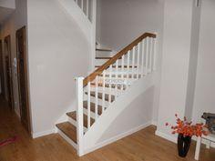 Nowoczesne białe schody z dębowymi stopniami - Schody drewniane JOACHIM KOMOR: