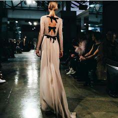 Despedimos febrero con este impresionante vestido de Carolina Herrera  #inspiration #weddingoutfit #weddinginspiration #springsummer2017 #springsummerweddingoutfit #invitadasdiez #primaveraverano2017 #4bodasy1vestido