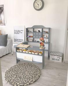 Kaufmannsladen DIY – MEINTIPI Noah hat sich einen Kaufmannsladen gewünscht, also hat Mama die Ebay Kleinanzeigen nach einem schönen Laden durchforstet – mit dem Hintergedanken, diesen dann neu zu lackieren und aufzuhübschen. ... http://www.meintipi.de