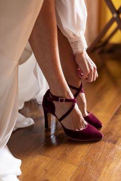 Terciopelo granate y hebillas de swaroski Velvet Shoes, Character Shoes, Kitten Heels, Dance Shoes, Madrid, Fashion, Templates, Garnet, Bride Shoes