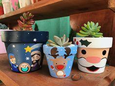 Flower Pot Art, Clay Flower Pots, Flower Pot Crafts, Clay Pots, Christmas Clay, Christmas Crafts, Painted Plant Pots, Decorated Flower Pots, Cactus Y Suculentas