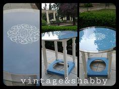 Mesa camilla pintada en azul y blanco con medallón marroquí. Round table painted in blue and white with Moroccan medallion.