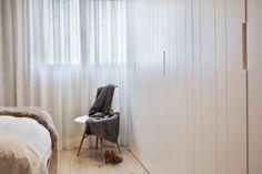 Detalle del dormitorio. Armario en tonos naturales integrado en el dormitorio.