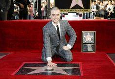 """Hollywood-Stern: Nun hat auch """"Harry Potter""""-Star Daniel Radcliffe (26) eine Sternenplakette auf dem berühmten Walk of Fame. Am Donnerstag enthüllte der britische Schauspieler auf dem Bürgersteig im Herzen von Hollywood den 2565. Stern. Er dankte vor allem seinen Eltern für deren Beistand in den """"verrückten"""" frühen """"Harry Potter""""-Jahren. Mehr Bilder des Tages auf: http://www.nachrichten.at/nachrichten/bilder_des_tages/ (Bild: EPA)"""