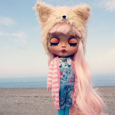 Sweet May is looking for new home.  She is factory tan Blythe (RBL mold) with a beautiful light pink hair, that color I could not resist :) Her face