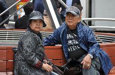 Una pareja descansa en un banco, en la zona comercial de Seúl.