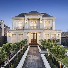 6 Pelham Place BALWYN nice home but the path is too straight like a poison arrow Style At Home, Casas California, Dream Mansion, Dream House Interior, Facade House, Classic House, House Goals, Modern House Design, Home Fashion