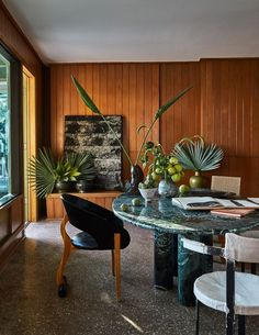 Plants are included throughout the house. Malibu Surf, Malibu Beach House, Malibu Beaches, Vintage Sofa, Vintage Nightstand, Architectural Digest, Cognac Leather Sofa, Casual Decor, Vogue Living