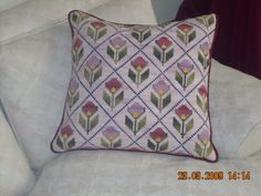 cojines punto de cruz - Google Search Embroidery Works, Types Of Embroidery, Hand Embroidery, Diy Pillows, Cushions, Throw Pillows, Cross Stitching, Cross Stitch Embroidery, Cross Stitch Cushion