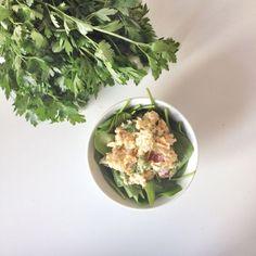 """""""Tun""""salat  Ingredientser: ♥ 180g kikærter, kogte ♥ 40g soya yoghurt ♥ 1/4 (lille) rødløg – omkring 40g ♥ 1 lille håndfuld persille, hakket ♥ et nip salt og peber  Kør kikærterne igennem en food processer indtil ca halvldelen af kikærterne er blendet og halvdelen er grofthakket. Rør med yoghurt og bland derefter med resten af ingredientserne. Server i en sandwich eller som jeg har gjort på en bund af grøntsager og med lækker avocado og hjemmelavede saltmandler til."""