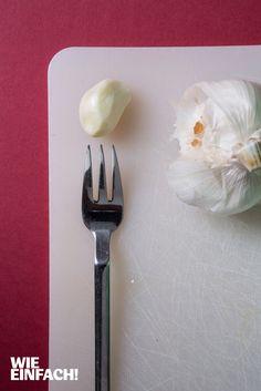 Vergesst die gute alte Knoblauchpresse. Nehmt einfach eine feine Kuchengabel und presst die Zehe damit. Geht genauso gut und man spart sich das lästige Reinigen der Presse. Foto: Torsten Kollmer