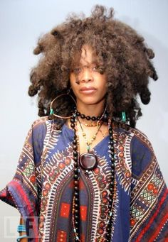 The image displays Erykah Badu.she specializes in jazz, soulful and also gospel like music. The clothing used in the image is typical afro Caribbean culture clothing. in addition to this, this makes the image stand out. My Hairstyle, Afro Hairstyles, Black Girls Hairstyles, Black Power, Black Is Beautiful, Curly Hair Styles, Natural Hair Styles, Pelo Afro, Pelo Natural
